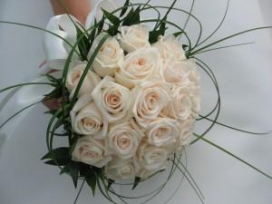 fehér rózsacsokor különleges díszítéssel